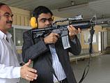 Представитель индийской компании пробует стрелять из усовершенствованного израильскими специалистами автомата M16