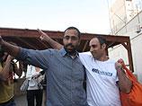 """Хагай Амир (справа) покидает тюрьму """"Аялон"""". 4 мая 2012 года"""