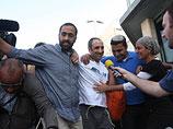"""Хагай Амир (в центре) покидает тюрьму """"Аялон"""". 4 мая 2012 года"""