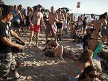 """Лесбийская любовь на пляже Гордон. После """"Парада гордости"""" в Тель-Авиве, 8 июня 2012 года"""