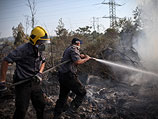 Пожарные борются с огнем в районе поселка Неве-Михаэль