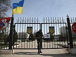 Ворота базы в Бельбеке. 10.03.2014