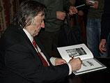 """Александр Проханов подписывает свою книгу """"ХАМАС - хвала героям"""". Москва, ноябрь 2008 года"""