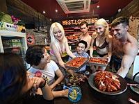 Рекламная акция в ресторане в Нанкине. 1 июля 2015 года