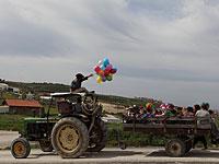 Водитель трактора организовал для местных детишек экскурсию по деревне
