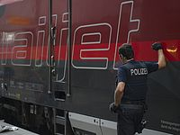 На западе Германии поезд врезался в автомобиль, пять человек погибли