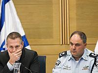 Гилад Эрдан и Бен Сау на заседании комиссии внутренних дел
