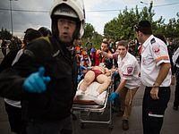 Медики увозят раненого террориста с места теракта. Иерусалим, 30.10.2015