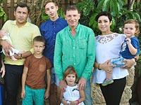 Аркадий Майофис с семьей