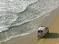 Врачи пытаются спасти мужчину, едва не утонувшего в море около Кейсарии