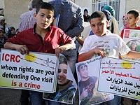 """Родственники палестинских заключенных перед штаб-квартирой """"Красного Креста"""" в Шейх Джаррахе.. 31 мая 2016 года"""