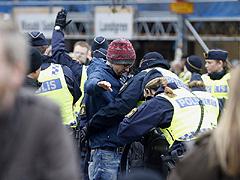 В центре Стокгольма грузовик врезался в толпу пешеходов