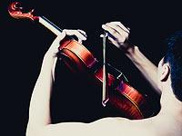 Британский скрипач намерен побить рекорд Гиннеса и прыгнуть голым с парашютом, играя на скрипке