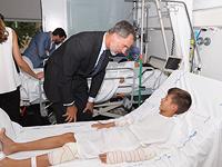 Король Испании Филипп VI навещает в больнице пострадавших в результате теракта в Барселоне. 19 августа 2017 года
