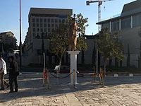 """В Иерусалиме снесли """"золотую"""" статую Мирьям Наор"""